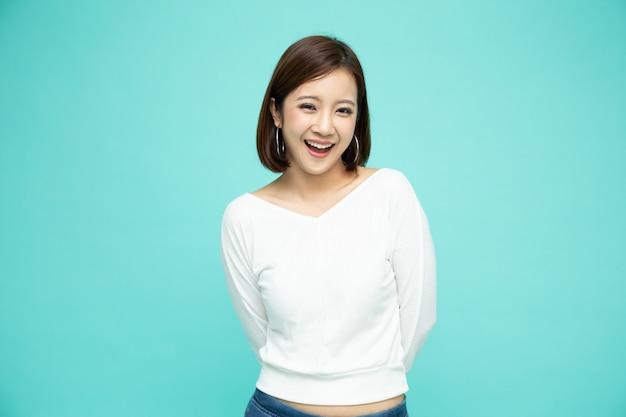 Cerrar sobre mujer asiática sonriendo aislado