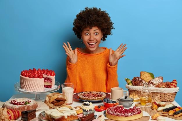 Cerrar sobre mujer con una comida dulce saludable