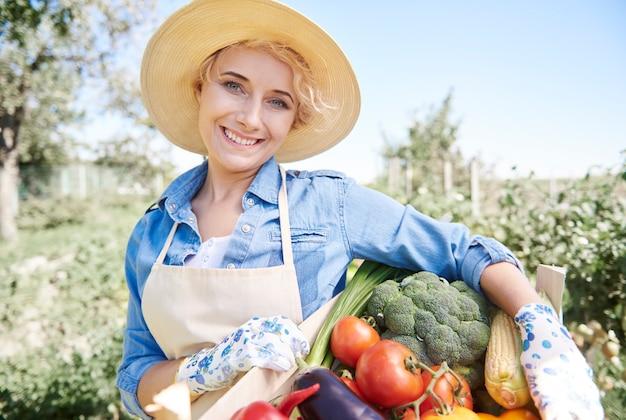 Cerrar sobre mujer cuidando su jardín