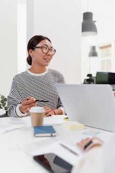 Cerrar sobre mujer joven tener una reunión