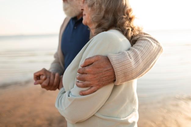 Cerrar socios abrazados