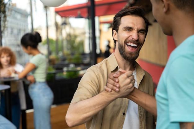 Cerrar sonriente hombre saludando