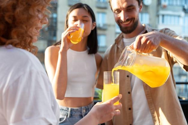 Cerrar sonriente hombre vertiendo bebida