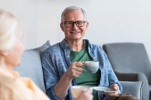Cerrar sonriente pareja de jubilados