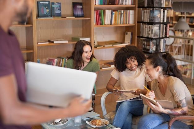Cerrar sonrientes estudiantes en el interior