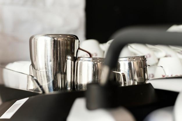 Cerrar las tazas de café en la bandeja
