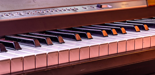 Cerrar las teclas del piano sobre un fondo de color hermoso.