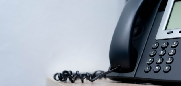 Cerrar teléfono voip teléfono fijo en la oficina para negocios y concepto de tecnología de telecomunicaciones