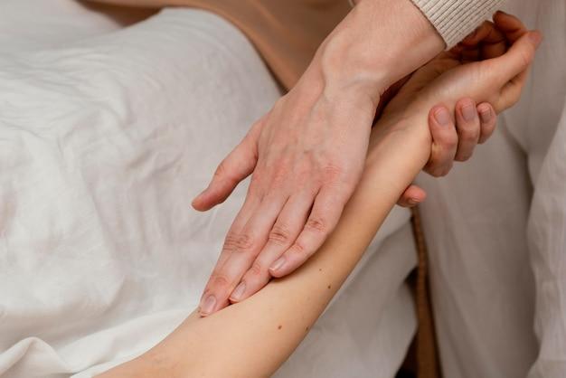 Cerrar terapeuta masajeando al paciente