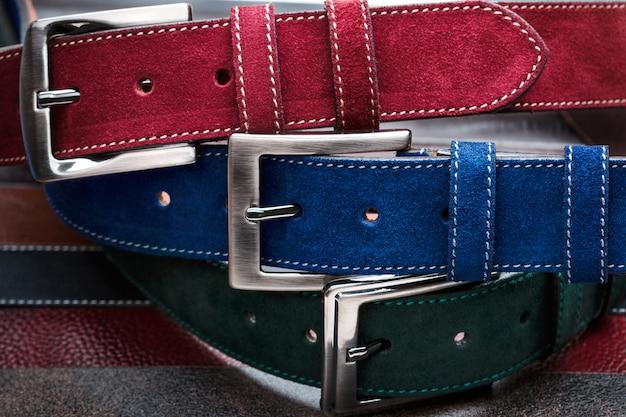 Cerrar tres cinturones de hombre de gamuza