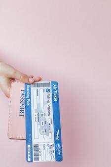 Cerrar turista mujer espera horizontal en mano billetes de avión