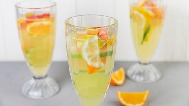 Cerrar los vasos de limonada fresca