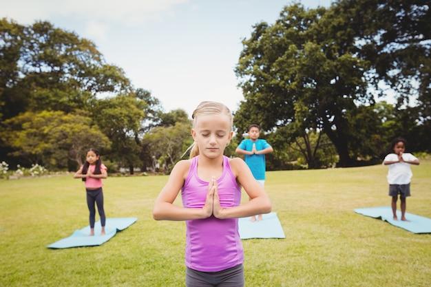 Cerrar vista de chica haciendo yoga con amigos