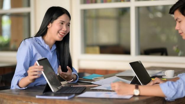 Cerrar vista de empresaria sonriendo mientras consulta sobre su trabajo