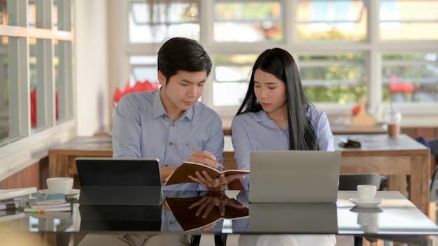 Cerrar vista de empresarios concentrándose en su trabajo