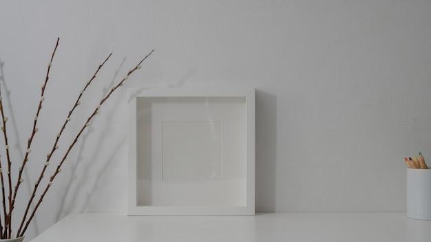 Cerrar vista de espacio de trabajo mínimo en mesa blanca con pared blanca