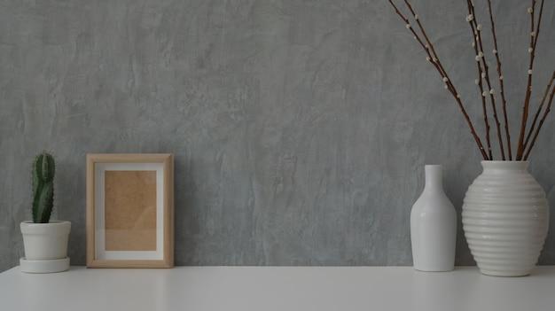 Cerrar vista de espacio de trabajo mínimo en mesa blanca con pared de desván gris