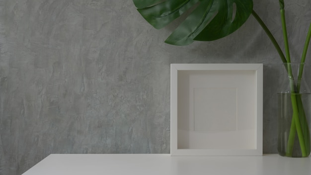 Cerrar vista de espacio de trabajo moderno en mesa blanca