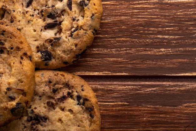 Cerrar vista de galletas de avena con chispas de chocolate en madera