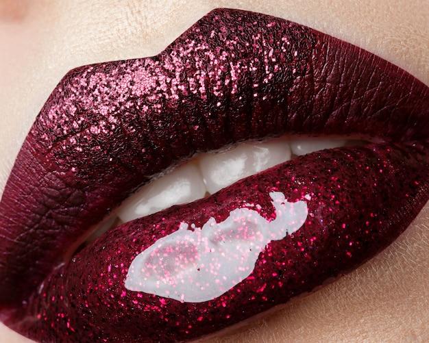 Cerrar vista de labios de mujer hermosa con lápiz labial rojo oscuro. maquillaje de moda. cosmetología, farmacia o concepto de maquillaje de moda.