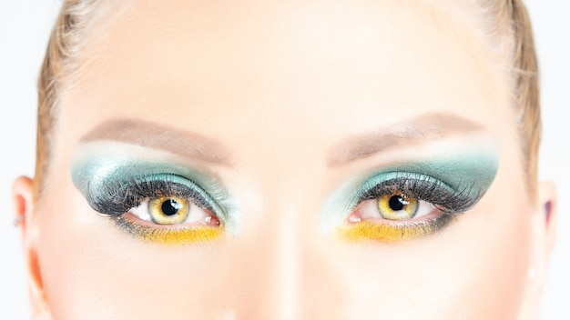 Cerrar vista de ojos de mujer hermosa con un maquillaje brillante.
