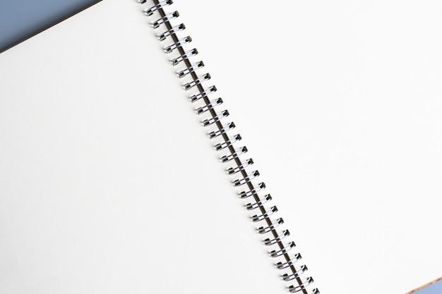 Cerrar vista superior del cuaderno en blanco o fondo de papel de bloc de notas