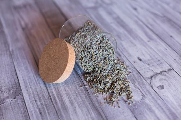 Cerrar vista de un tazón con semillas de lavanda. fondo de mesa gris. durante el día, en interiores. ingredientes naturales y saludables
