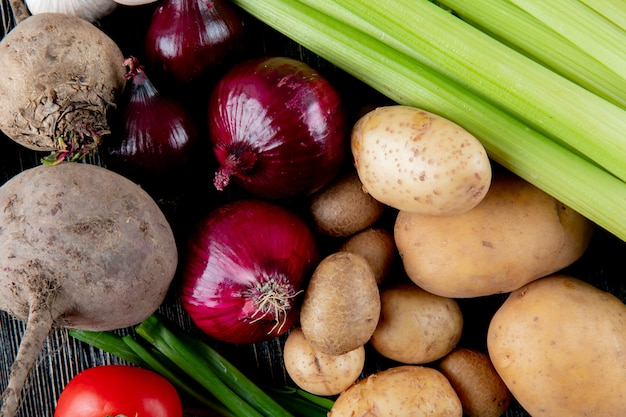 Cerrar vista de verduras como remolacha cebolla cebolla apio cebolleta y otros