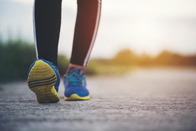 Cerrar en zapatillas de correr fitness mujeres en entrenamiento y correr
