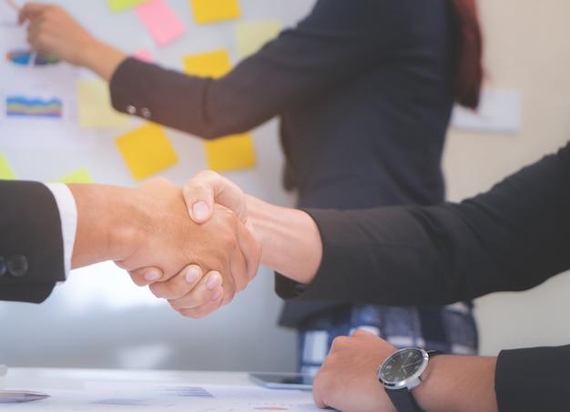 Cerré la mano temblando en un acuerdo de reunión de negocios