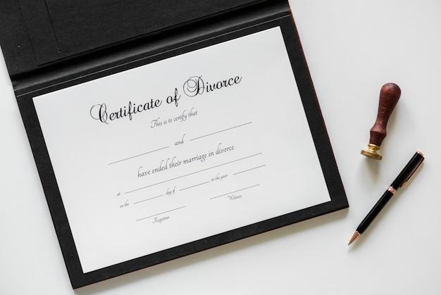Certificación de divorcio aislado en la mesa blanca