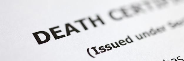 El certificado de defunción está sobre la mesa. papeleo después de la muerte de un familiar