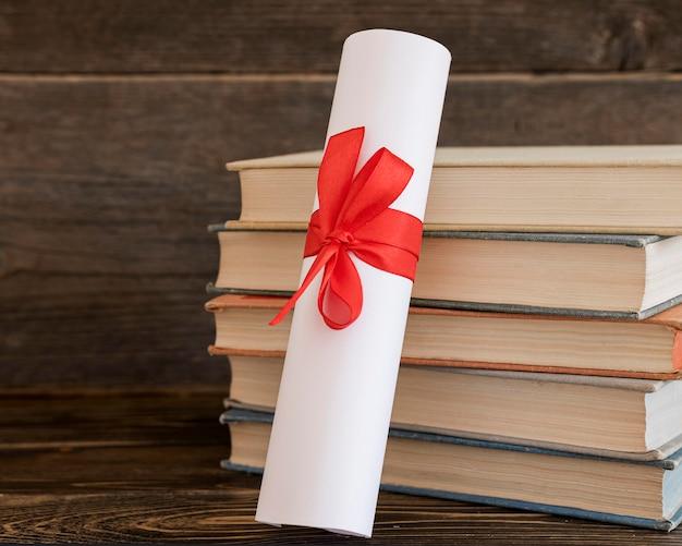 Certificado de diploma de educación y libros.