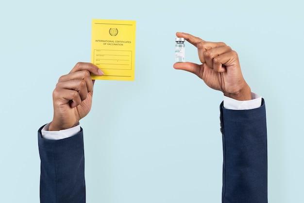 Certificado de vacuna covid-19 en poder de un empresario