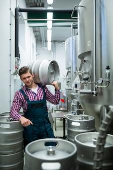 Cervecero con barril en el hombro