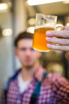 Cervecero probando cerveza