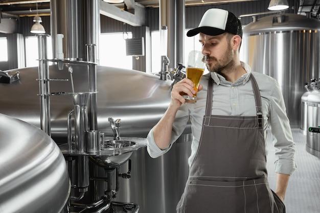 Cervecero profesional en su propia producción artesanal de alcohol.