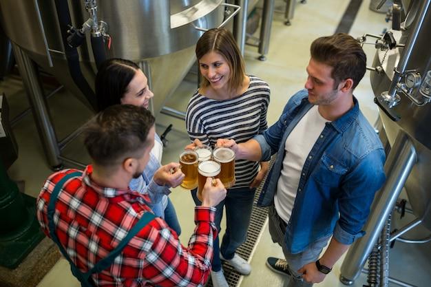 Cerveceros tostado cervezas en cervecería