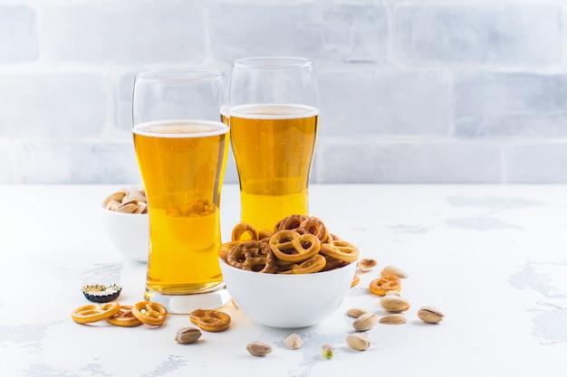 Cerveza y aperitivos en blanco.