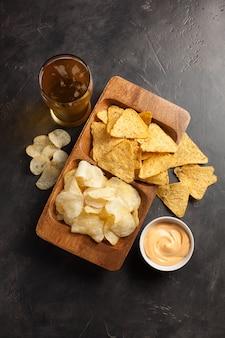 Cerveza con aperitivos son papas fritas y nachos.