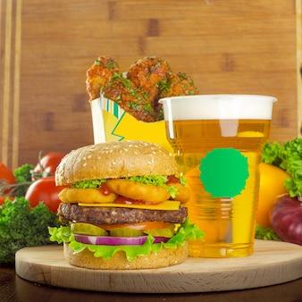 Cerveza artesanal con hamburguesa