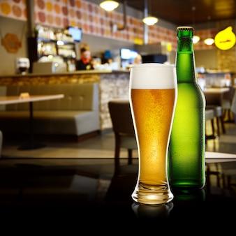 Cerveza en bar interior
