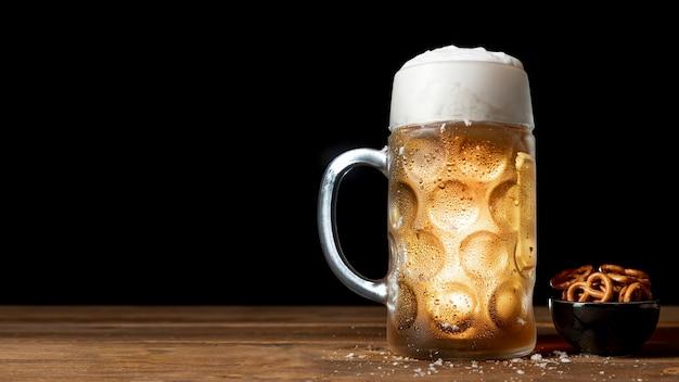 Cerveza bávara y pretzels en una mesa