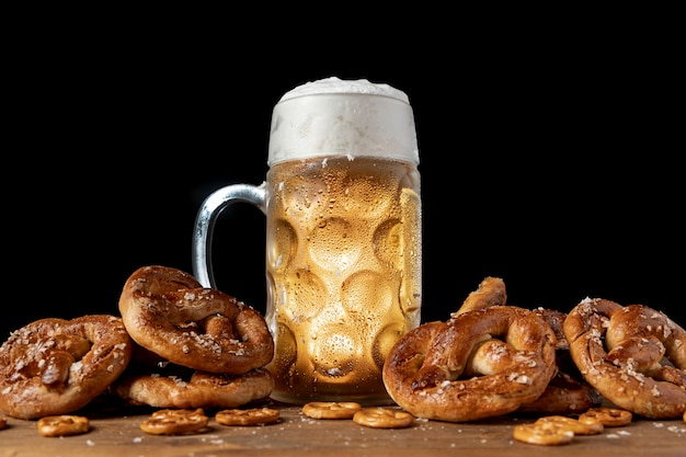 Cerveza bávara rodeada de pretzels