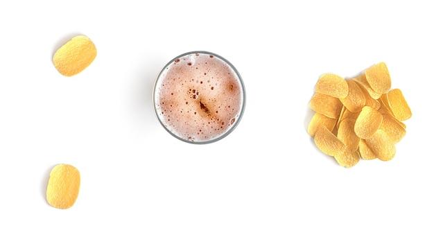 Cerveza con bocadillos sobre un fondo blanco.