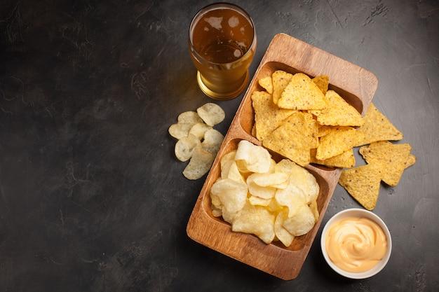 La cerveza con bocadillos son papas fritas y nachos.