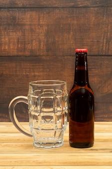 Cerveza botella de oro con vaso para cerveza
