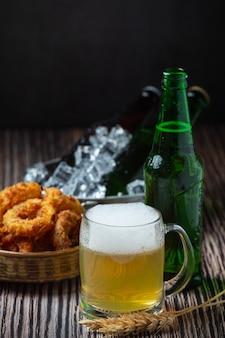 Cerveza con entremeses crujientes de pescado, día mundial de la cerveza.