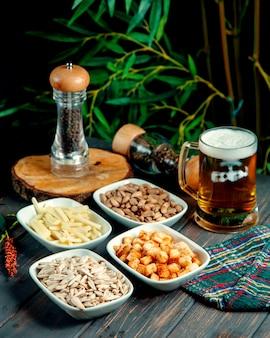 Cerveza con espuma de pistachos, galletas, queso y semillas