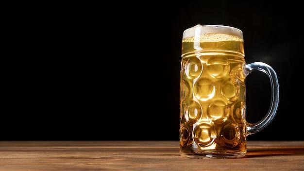 Cerveza fresca en una mesa con espacio de copia